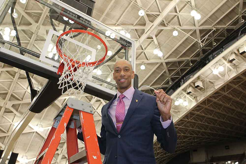 Kerry Kittles cutting down a net