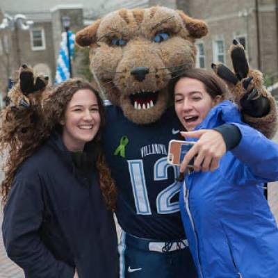 Wil D. Cat takes a selfie with two Villanovans